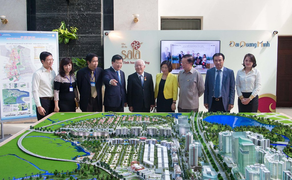 Các đại biểu tham quan sa bàn Khu đô thị Sala trưng bày tại Hội thảo